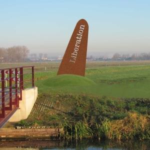 Oorlogsmonument 'De Vleugel' in Park Lingezegen