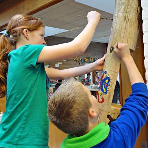 Kinderen beschilderen Boomfeestpaal